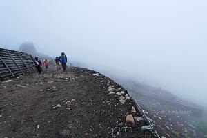 จากนั้นเส้นทางเริ่มลาดชัน เป็นกรวดหินภูเขาไฟ