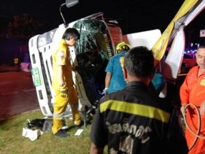รถเอกซเรย์เสียหลักชนเกาะกลางถนน ก่อนปะทะเสาไฟหนุ่มนั่งมาในรถดับ 1