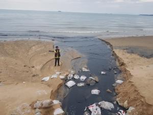 (ชมคลิป)มาอีกแล้วน้ำเสียทะลักหาดจอมเทียน หลังฝนหนักทั้งสัปดาห์ทำผนังปิดกั้นพัง