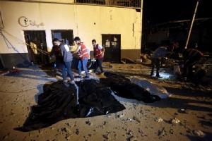 หน่วยกู้ภัยลิเบียช่วยกันเคลื่อนย้ายร่างผู้เสียชีวิตออกจากศูนย์กักกันผู้อพยพในย่านทาจูรา (Tajoura) ทางตะวันออกของกรุงตริโปลี โดยศูนย์แห่งนี้ตกเป็นเป้าโจมตีทางอากาศเมื่อคืนวันที่ 2 ก.ค. จนทำให้มีผู้เสียชีวิตกว่า 50 ราย