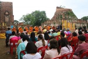 ชาวกรุงเก่าแต่งไทยนั่งตุ๊กตุ๊กถวายเทียน 9 วัด กระตุ้นการท่องเที่ยวรับเทศกาลเข้าพรรษา