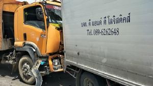 รถเก็บขยะเบรคไม่อยู่ชนท้ายกันกลางสะพานคลองเชียงรากน้อยบาดเจ็บ 2 คน