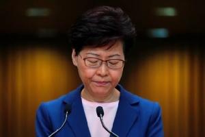 """ผู้นำสูงสุดแห่งฮ่องกง แคร์รี่ แลม ขณะแถลงในที่ประชุมข่าววันที่ 9 ก.ค. 2019 แลมกล่าวว่ากฎหมายส่งตัวผู้ร้ายข้ามแดน """"ตายแล้ว"""" (ภาพ  รอยเตอร์ส)"""