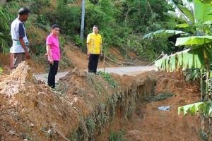 ชาวบ้านพังงาหวั่นดินสไลด์-น้ำกัดเซาะทำถนนเสียหาย วอนแก้ไขด่วนก่อนเดือดร้อนหนัก