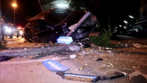 (ชมคลิป) หวิดสลด! 2 หนุ่มสาวขับเก๋งเสียหลักพุ่งชนเต็นท์รถข้างทางเสียหาย 4 คัน