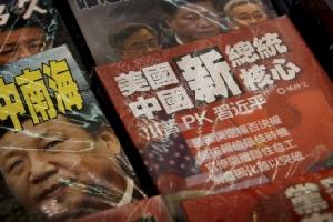. 2019 ภาพนี้ แสดงให้เห็นนิตยสารซึ่งวางขายที่แผงหนังสือแห่งหนึ่งในฮ่องกง  โดยที่หน้าตกเป็นภาพของประธานาธิบดีสี จิ้นผิง ของจีน เผชิญหน้ากับประธานาธิบดีโดนัลด์ ทรัมป์ ของสหรัฐฯ  ทั้งนี้คณะผู้แทนการค้าระดับสูงของประเทศทั้งสอง พูดจากันทางโทรศัพท์เป็นครั้งแรกเมื่อวันอังคาร (9 ก.ค.) ถือเป็นการเปิดฉากเจรจาการค้ากันใหม่อีกครั้งหลังชะงักไปเป็นแรมเดือน