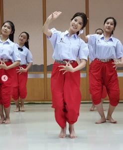 """อ่อนช้อย """"ฝน ศนันธฉัตร"""" ย้อนอดีตมัธยมโชว์รำไทย ชาวเน็ตบอกหน้าเด็กมาก(ชมคลิป)"""