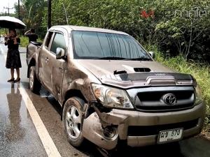 กระบะเสียหลักชนคอสะพานจนรถหัวขาด เครื่องหลุด คนขับบาดเจ็บเหตุฝนตกถนนลื่น