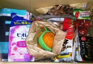 ตัวอย่างของที่พ่อแม่ส่งมาจากบ้านเกิดให้ลูก มีทั้งผักผลไม้ ขนม ของแห้ง และของใช้  ภาพจาก https://ameblo.jp/