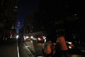 "In Clip: ""แมนแฮตตัน"" ไฟฟ้าดับกะทันหัน ไทม์สแควร์มืดทั้งหมด กระทบผู้ใช้ไฟร่วม 50,000 ดับเพลิงนิวยอร์กออกช่วยคนติดอยู่ในลิฟต์ออกมาไม่ได้"