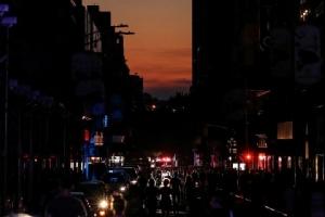 ชาวเมืองแมนฮัตตันต้องเผชิญกับความมืดมิด เนื่องจากเกิดไฟฟ้าดับเป็นบริเวณกว้าง