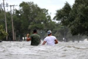ชาวบ้านในหลุยส์เซียนาต้องเดินลุยฝ่าน้ำท่วมที่เกิดจากอิทธิพลของเฮอร์ริเคนแบร์รี