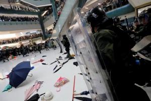 """ผู้นำฮ่องกงประณามม็อบปะทะตำรวจในห้างสรรพสินค้าเป็น """"พวกก่อจลาจล"""" (ชมคลิป)"""