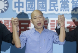 <i>หัน กว๋ออี๋ว์ นายกเทศมนตรีเมืองเกาสง ยกมือขึ้นชูระหว่างการแถลงข่าวต่อสื่อมวลชน  ณ สำนักงานใหญ่ของพรรค ในกรุงไทเป เมื่อวันจันทร์ (15 ก.ค.) ภายหลังเป็นผู้ชนะในการแข่งขันคัดเลือกผู้สมัครที่จะเป็นตัวแทนของพรรคก๊กมิ่นตั๋ง เข้าชิงตำแหน่งประธานาธิบดีของไต้หวันในปีหน้า </i>
