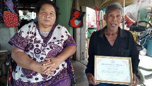 """อธิบดีฯ บุกถึงบ้านช่วยหญิงพิการเก็บขยะเลี้ยงชีพ-เชิดชู """"ตาหัวใจเทวดา-คนต้นแบบ"""""""