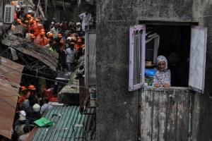 ตึกเก่าอายุ100ปีพังถล่มในอินเดีย พบแล้ว4ศพ,อีกหลายสิบชีวิตถูกฝังใต้ซาก