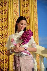 """24 สาว """"มิสไทยแลนด์เวิลด์"""" ใส่ชุดไทยเดินขึ้นเขา เวียนเทียนวันอาสาฬหบูชา"""