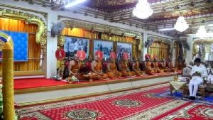 สาธุ! ชาวไทยชาวลาวเวียนเทียนเข้าพรรษารอบองค์พระธาตุพนม