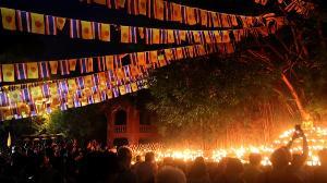 แสงแห่งศรัทธาส่องระยิบ! ชาวพุทธ-นักท่องเที่ยวจุดผางประทีปเต็มวัดพันเตา-เวียนเทียนกลางกว๊านคึกคัก
