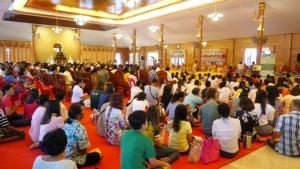 พุทธศาสนิกชนตะวันออก-ชาวกัมพูชา ร่วมทำบุญในวัดต่างๆ เนื่องในวันเข้าพรรษา