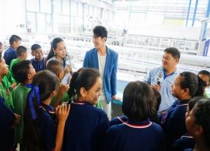 นำขบวนนักเรียนจากโรงเรียนเกาะคาวิทยาคม จังหวัดลำปาง ชมเทคโนโลยีการผลิตรักษ์โลกและกระบวนการผลิตน้ำดื่มคริสตัล