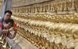 กระแสนักท่องเที่ยวจีนแห่เที่ยวไทยเริ่มตกลงหลังอุบัติเหตุเรือล่มที่จังหวัดภูเก็ตเมื่อเดือนก.ค.ปีที่แล้ว แต่ขณะนี้กระแสนักท่องเที่ยวอินเดียมายังไทยกำลังมาแรง และเป็นความหวังช่วยดันอัตราเติบโตของอุตสาหกรรมท่องเที่ยวไทยในอนาคต ในภาพ: นักท่องเที่ยวจีนมาชมวัดพระแก้วในกรุงเทพฯ  (แฟ้มภาพ รอยเตอร์ส)