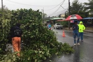 พายุกระหน่ำชาวบ้านหนีกระเจิง แค่ 5 นาทีเสียหายนับ 10 หลัง