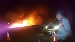 สุดระทึก! ไฟไหม้รถพ่วงขนข้าวโพดเต็มคันกลางดอย ซ้ำรอยบัสพม่าย่างสด 20 ศพ