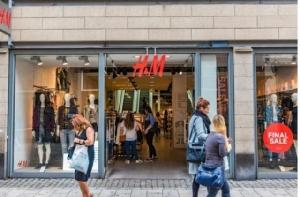 H&M สิงคโปร์ เตรียมเก็บเงินค่าถุงชอปปิ้ง! ทั้งพลาสติก-กระดาษ 0.10 เหรียญ
