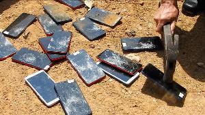 อื้อ! ศุลกากรแม่สายเผา-ทุบทิ้งโทรศัพท์มือถือยันบุหรี่ไฟฟ้าสินค้าผิด กม.มูลค่ากว่า 11 ล้าน