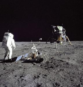 ภาพขณะ บัซ อัลดริน ถืออุปกรณ์เพื่อทดลองทางวิทยาศาสตร์บนดวงจันทร์ บันทึกโดย นีล อาร์มสตรอง เมื่อ 20 ก.ค.1969 วันที่พวกเขาลงไปบนดวงจันทร์เป็นครั้งแรกของมนุษย์ (Neil ARMSTRONG / NASA / AFP)