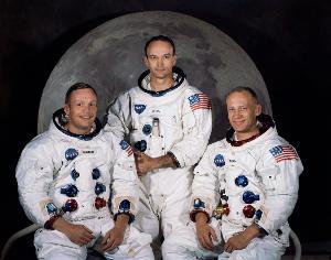 ภาพถ่ายอย่างเป็นทางการของลูกเรืออะพอลโล 11 จากศูนย์อวกาศเคนเนดี (Kennedy Space Center) เมื่อ 30 มี.ค.1969 (ซ้ายไปขวา) นีล อาร์มสตรอง ในฐานะผู้บังคับการ , ไมเคิล คอลลินส์ ในฐานะผู้ขับโมดูล (ยืน) และ บัซ อัลดริน ในฐานะผู้ขับโมดูลดวงจันทร์ (HO / NASA / AFP )