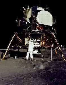 ภาพขณะ บัซ อัลดริน ขนอุปกร์ณวิทยาศาสตร์ออกจากโมดูลดวงจันทร์ เมื่อ 20 ก.ค.1969 บันทึกโดย นีล อาร์มสตรอง (Neil ARMSTRONG / NASA / AFP)