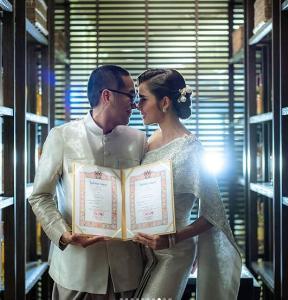"""ครอบครัวสมบูรณ์แบบ """"อุ้ม - บอล"""" โพสต์ครบรอบ 1 ปีแต่งงานมีแต่รัก"""