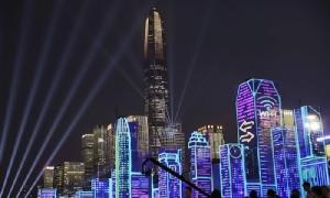 <i>อาคารสูงในย่านใจกลางนครของเซินเจิ้น ท่ามกลางแสงเลเซอร์และ LED </i>