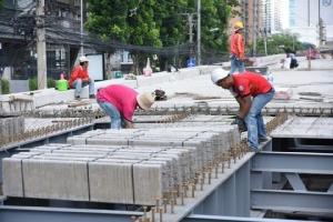 """ซ่อม """"สะพานข้ามแยกอโศก-เพชร"""" คืบ 76% คาดเปิดใช้ 1 ก.ย. รับน้ำหนักได้มากกว่าเดิม"""