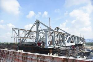 """เร่งเชื่อมสะพานข้ามกาญจนาภิเษก """"ถ.ศรีนครินทร์-ร่มเกล้า"""" คาดเปิดใช้งานปลาย ก.ย.นี้"""