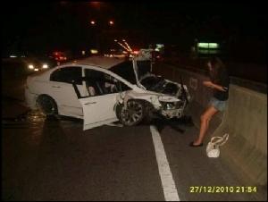 ภาพคืนเกิดเหตุ หลัง น.ส.แพรวา ขับรถยนต์ฮอนด้า ซีวิค เร็วกว่าที่กฎหมายกำหนด และเฉี่ยวชนรถตู้ จนมีผู้เสียชีวิต 9 ศพ