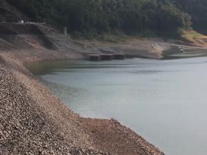 แล้งสุดลำเค็ญ!เขื่อนสิริกิติ์เหลือน้ำใช้งาน 7.77% อปท.ต้องขุดร่องรอสูบน้ำแจกชาวท่าปลา