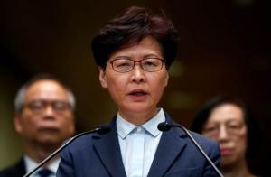 ประธานคณะผู้บริหารเขตบริหารพิเศษแห่งฮ่องกงแถลงเมื่อวันที่ 22 ก.ค. 2019 กล่าวประณามกลุ่มประท้วง เหตุโจมตีสำนักงานประสานงานจีนในฮ่องกง (ภาพ รอยเตอร์ส)
