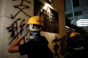 กลุ่มประท้วงเรียกร้องการปฏิรูปประชาธิปไตยฮ่องกง ขีดเขียนคำด่าทอที่กำแพงสำนักงานประสานงานจีนในฮ่องกงเมื่อวันที่ 21 ก.ค. 2019 (ภาพ รอยเตอร์ส)