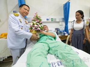 ผวจ.ยะลาเชิญดอกไม้และตะกร้าสิ่งของพระราชทานมอบ 4 ทหารบาดเจ็บจากเหตุระเบิดที่บันนังสตา