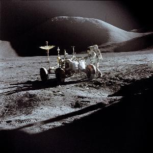 ภาพ เจมส์ บี เออร์วิน (James B. Irwin) ผู้ขับโมดูลดวงจันทร์ ขณะขับยานสำรวจดวงจันทร์ (Lunar Roving Vehicle) ระหว่างภารกิจอะพอลโล 15 ภาพนี้บันทึกโดย เดวิด อาร์ สก็อตต์ (David R. Scott) ลูกเรืออะพอลโล 15 อีกคน (David R. Scott / NASA / AFP)