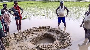ชาวนาอินเดียช็อกเจอหินเหมือนอุกกาบาตตกใส่นาข้าว