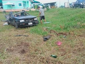 2 หนุ่มควบเก๋งกลับจากงานเลี้ยง รถเสียหลักหมุนฟาดเสาไฟส่องสว่างที่พัทลุงเจ็บคู่