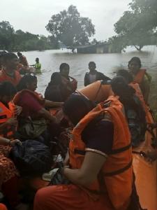 InPics&Clip: ระทึก!! กองทัพเรืออินเดียช่วยผู้โดยสารได้กว่า 800 คนหลังรถไฟติดกลางน้ำท่วมใกล้มุมไบ