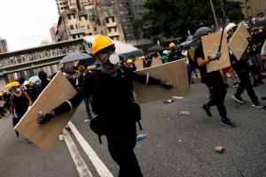 In Pics&Clip: ตำรวจฮ่องกงยิงแก๊สน้ำตาใส่มาร์ชต้านแก๊งอันธพาลเสื้อขาวทำร้ายผู้ประท้วงในหยวนหลง