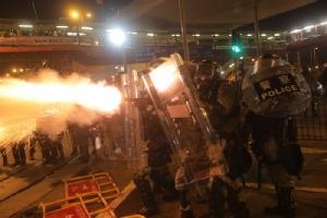 ตำรวจฮ่องกงยิงแก๊สน้ำตา-กระสุนยางใส่ผู้ประท้วง ต่อเนื่องเป็นวันที่ 2