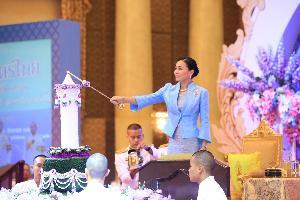 พระราชินี ทรงจุดเทียนเปิดงานวันสตรีไทยประจำปี 2562 ทรงมีพระราชดำรัส สตรีเป็นกำลังสำคัญของสถาบันครอบครัว-สังคม-ประเทศ