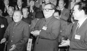 จากซ้าย: เติ้ง เสี่ยวผิง เจียง เจ๋อหมิน และหลี่ เผิง ในการประชุมเต็มคณะครั้งที่ห้า ของคณะกรรมาธิการกลางพรรคคอมมิวนิสต์จีนชุดที่ 13 ในปักกิ่งเดือนพ.ย. 1989 (แฟ้มภาพ ซินหวา)